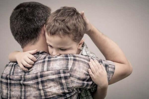 Padre e figlio che si abbracciano chiedere scusa ai bambini