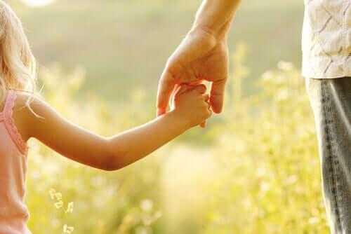 Padre e figlia mano nella mano