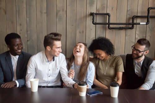 Gruppo di amici che si divertono tra persone leali