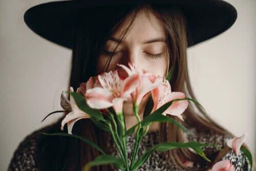 Ragazza che annusa dei fiori grazie al bulbo olfattivo