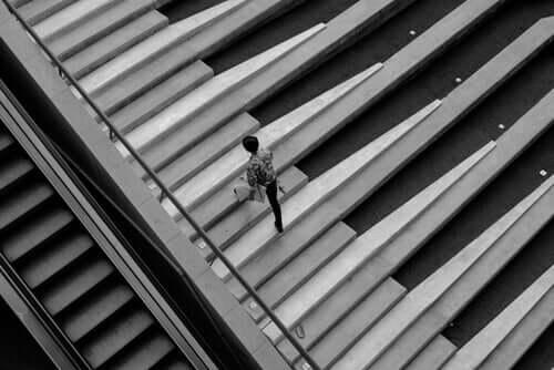 Scala con pianoforte per dimostrare la teoria del divertimento