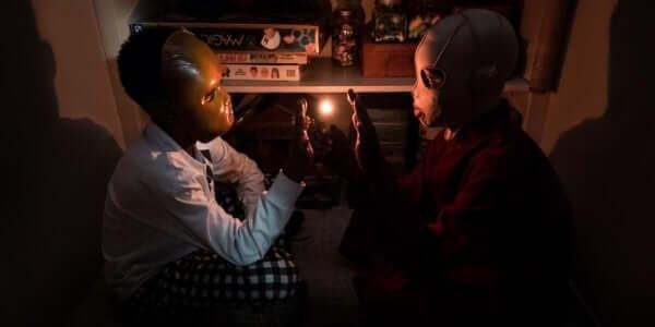 Jordan Peele Noi bambini che si toccano la mano