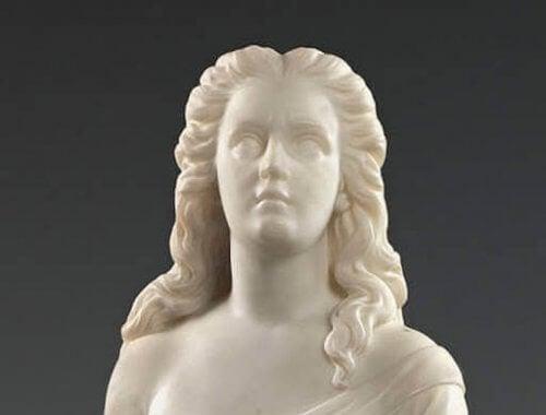 Scultura di donna in marmo