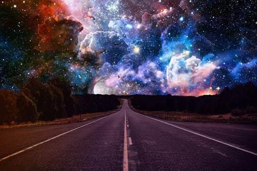Strada con cielo magico