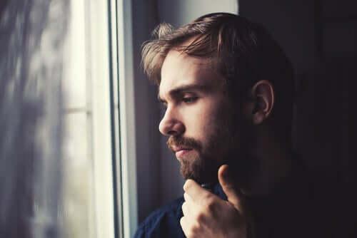 Uomo triste che pensa