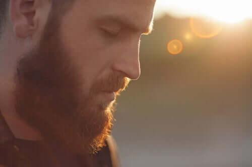 Uomo con barba e occhi chiusi