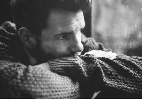 Uomo guarda pensieroso mostrando la sensibilità maschile