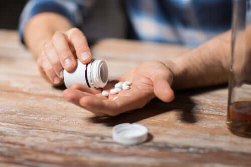 Uomo che prende antidepressivi e alcol