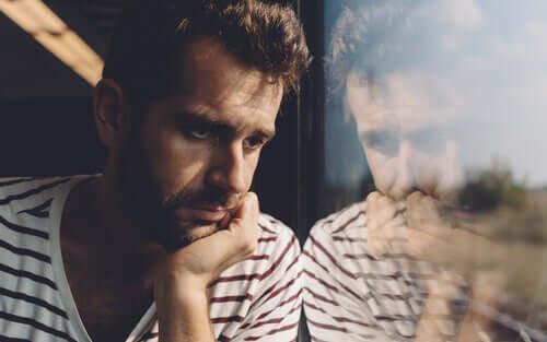 Uomo riflette sul treno