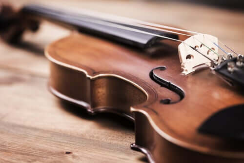 Violino sul tavolo