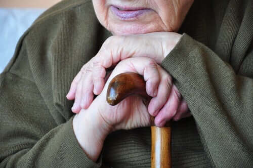 Anziano appoggiato sul bastone