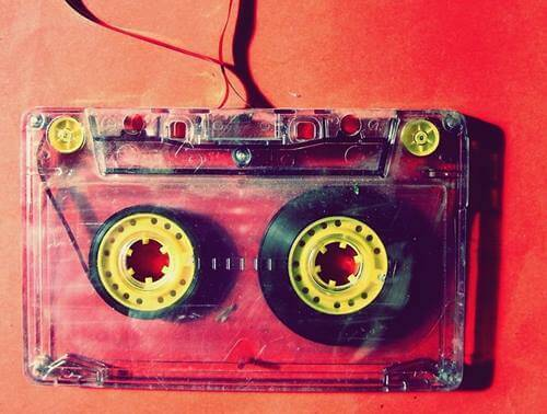 Audiocassetta con nastro rotto