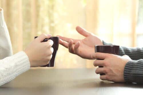 Movimento delle mani durante una conversazione