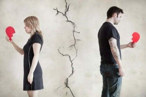 Coppia che si separa con cuore spezzato perché dimenticare un amore è impossibile