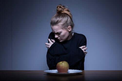 Ragazza anoressica che non vuole mangiare la mela