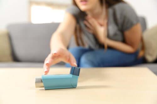 Donna che prende un inalatore per asma