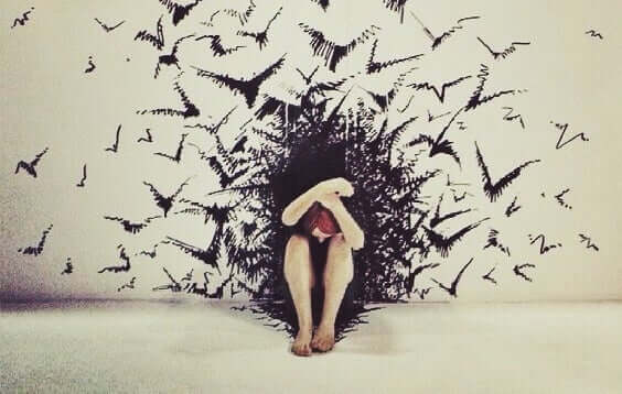 Donna circondata da pipistrelli