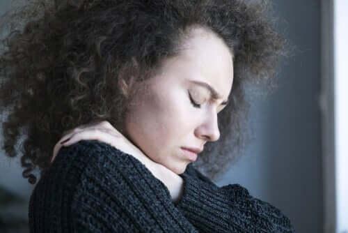 Donna depressa con gli occhi chiusi