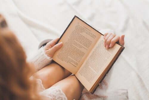 Donna giovane che legge un libro