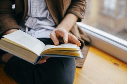 Donna legge vicino alla finestra