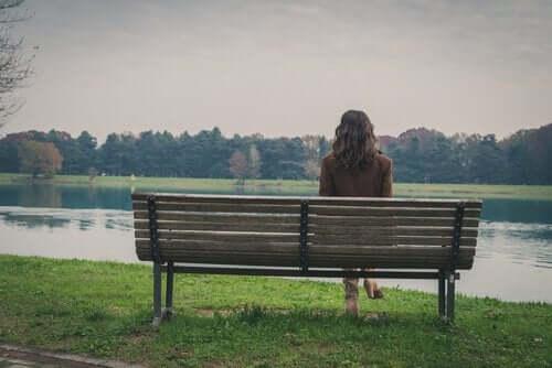 Donna seduta su una panchina da sola