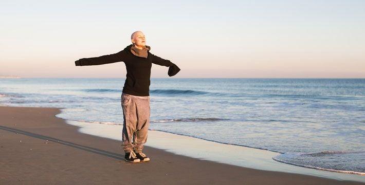 Donna malata di cancro sulla spiaggia