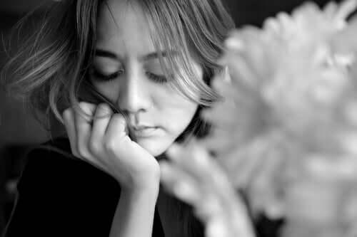 Donna con gli occhi chiusi che riflette sul tradimento