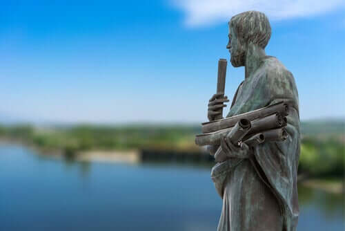 Statua di Aristotele su fiume
