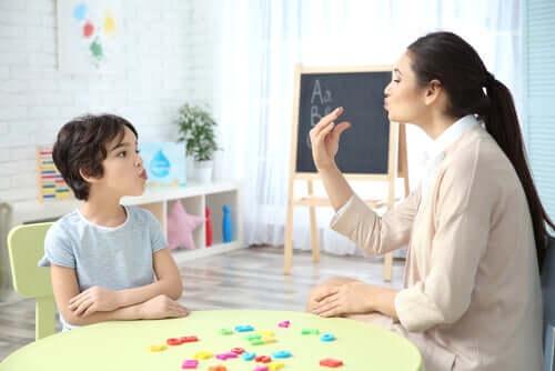 Logopedista che aiuta un bambino a parlare