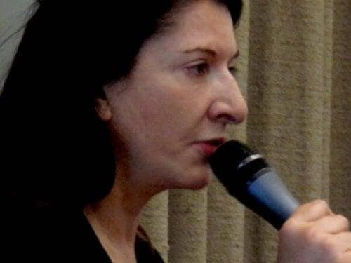 Marina Abramović con microfono