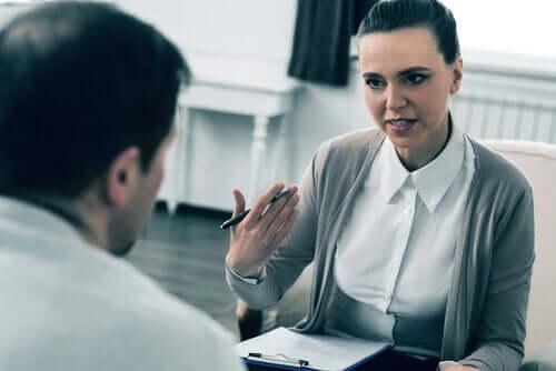 Assistente sociale durante un colloquio