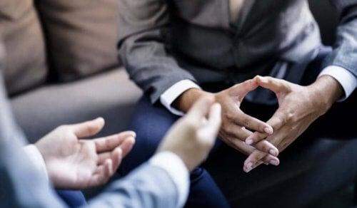 Posizione delle mani durante una conversazione