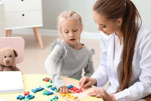 Bambina con disturbi del linguaggio