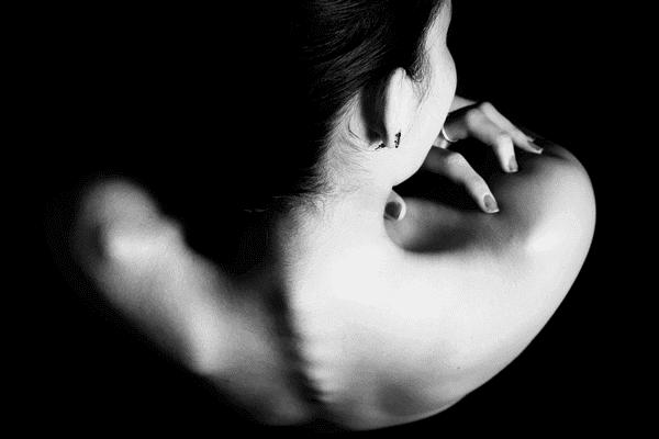 Schiena di donna con anoressia