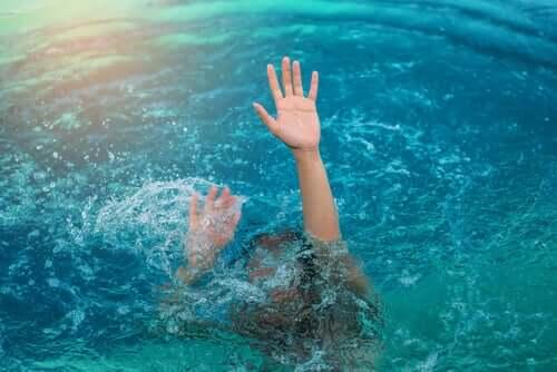 Donna che annega