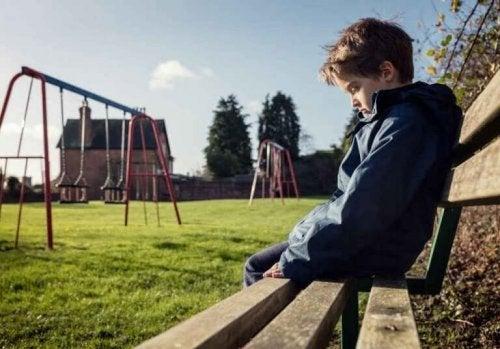 Bambino triste nel cortile della scuola