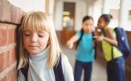 Bambina vittima di bullismo a scuola