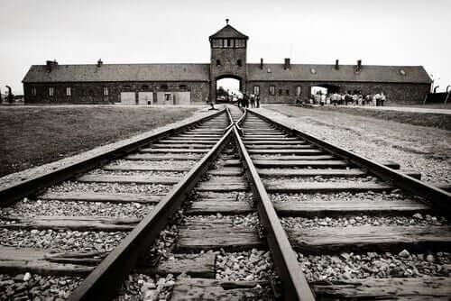 Entrata binari in un campo di concentramento