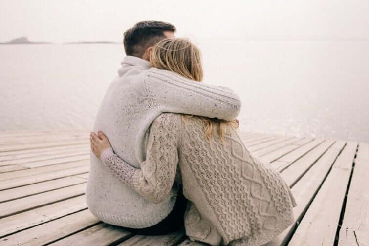 Coppia che si abbraccia