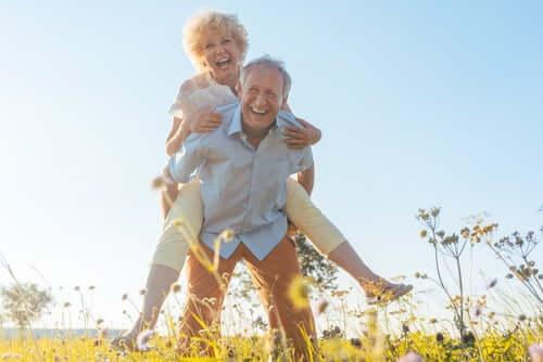 Coppia di anziani che ridono