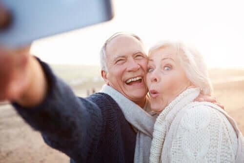 Coppia anziani felici