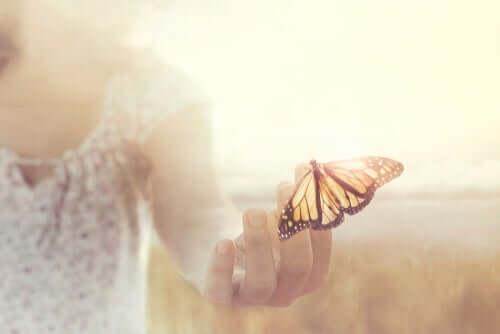 Donna con farfalla sulle dita