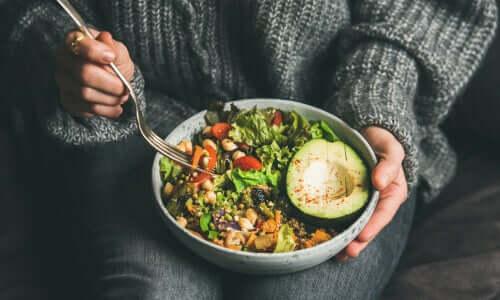 Donna con insalata e avocado