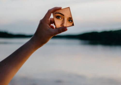 Donna si specchia
