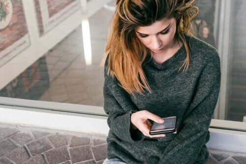 Donna guarda il cellulare