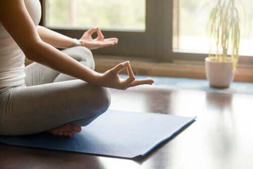Donna in meditazione sul tappetino