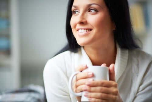 Donna che beve una tazza di tè