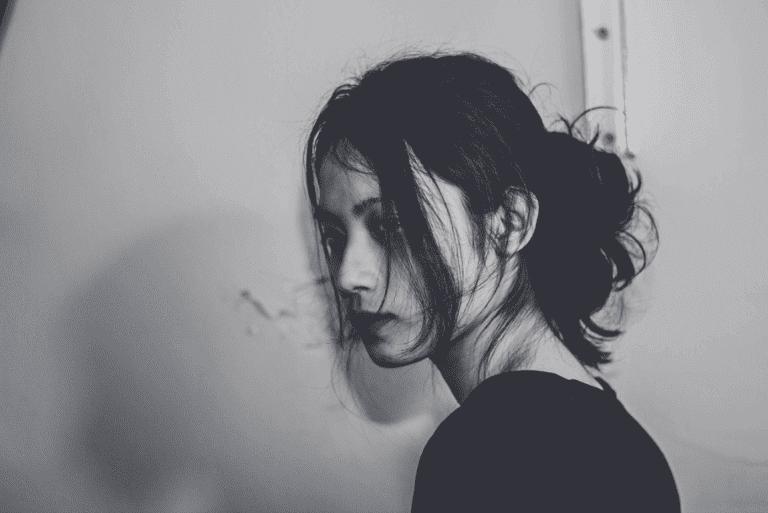 Donna triste che soffre di depressione maggiore