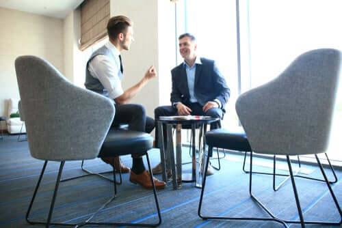 Due uomini parlano seduti