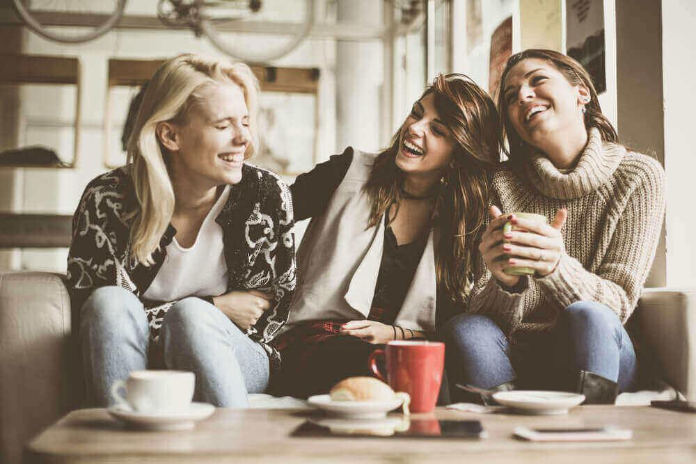 Gruppo di amiche che ridono grazie agli effetti dell'ossitocina